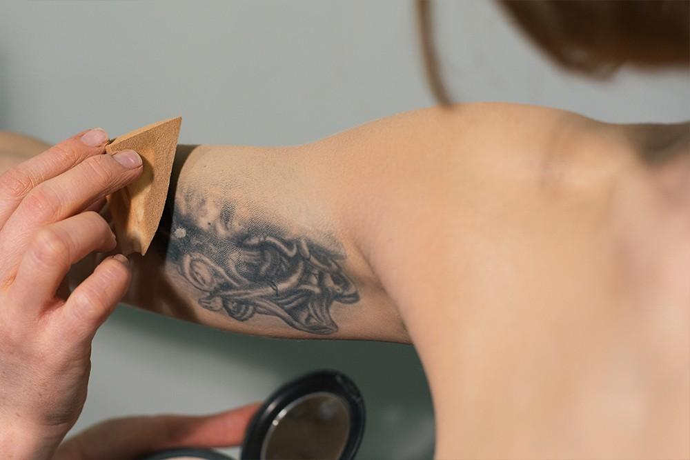 Как временно скрыть татуировку2